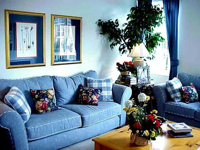 Голубой цвет в интерьере гостиной.