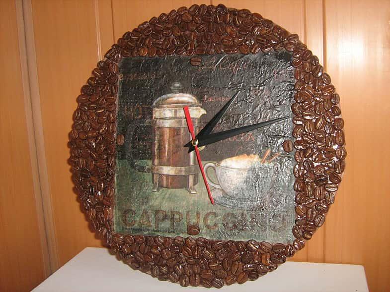 Поделки из кофейных зёрен часы 14