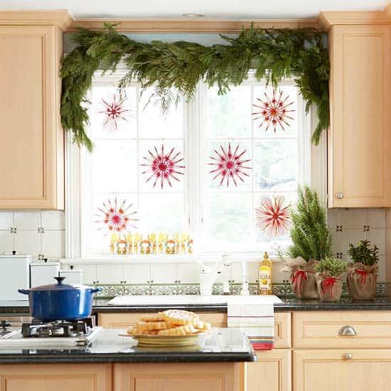 Есть много вариантов для новогоднего украшения подоконника или окна:гирлянды и... новогодний декор. окна очень...