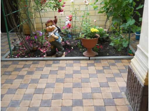 Укладка плитки во дворе дома
