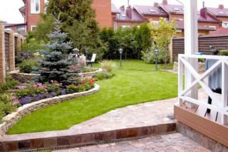 Красивый двор <em>ландшафтный</em> частного дома