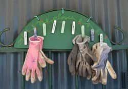 Оригинальная вешалка для садовых перчаток - мастер-класс