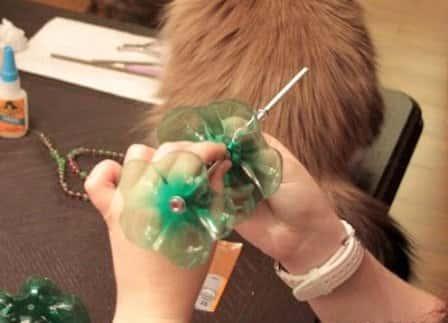 Простая поделка из пластиковых бутылок - подставка для украшений