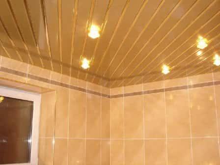Техника монтажа реечных потолков в ванной