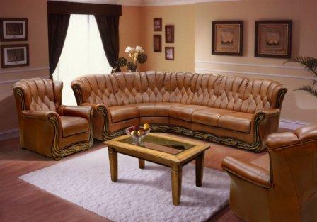 Итальянский диван из кожи в интерьере.