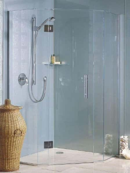 Водные процедуры сквозь стеклянную призму, или как выбрать правильную дверь