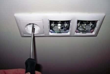 Монтаж выключателей, розеток и патронов