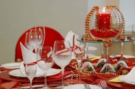 Украшаем новогодний стол праздничными аксессуарами