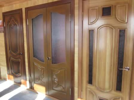 Деревянная дверь со вставками