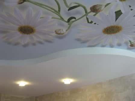 Оформление потолка натяжными полотнами