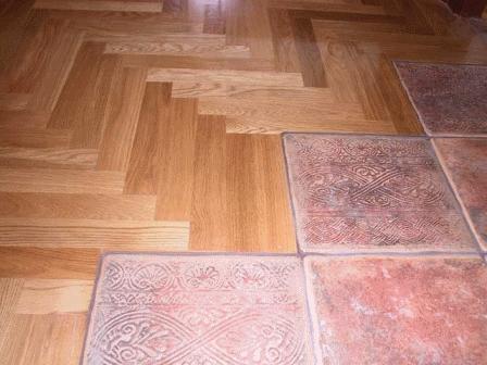 Зонирование прихожей с помощью напольного покрытия