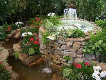 Украшение участка декоративным фонтаном