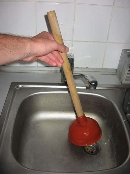 Прочистка канализации с помощью бытовых средств