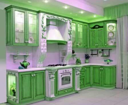 Какое сочетание цветов для кухни в зеленых тонах является удачным?