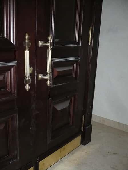 Двери из массива: красота и неповторимый стиль