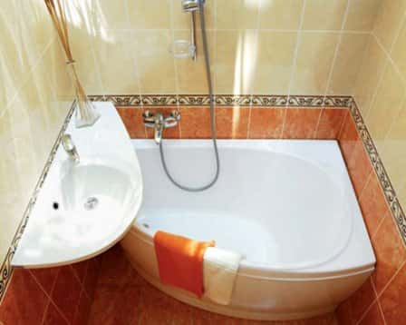 Комфортная и функциональная ванна в небольшом помещении