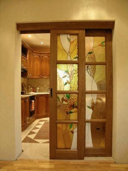 Двери в интерьере современной кухни