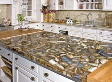 Столешница из натурального камня в кухонном интерьере