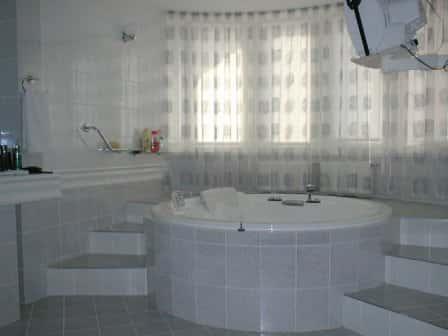 Подбираем и устанавливаем ванну и полотенцесушитель