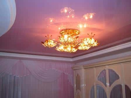 Как выбрать люстру для натяжного потолка?