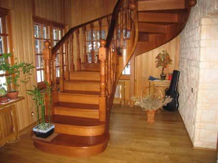 Деревянная лестница в интерьере: разновидности конструкций