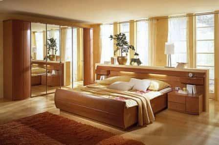 Как должна стоять кровать в спальне?
