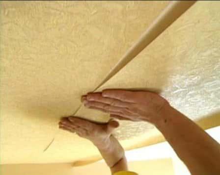 Как клеить обои на потолок?