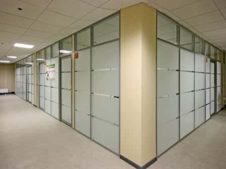 Использование стационарных перегородок в офисе