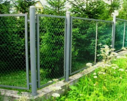 Забор из металлической сетки рабица