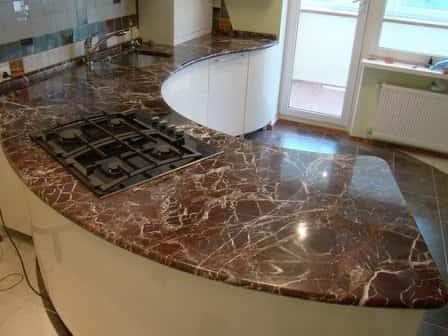 Столешница из натурального камня в интерьере кухни