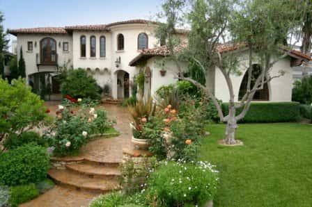 Красивый двор частного дома