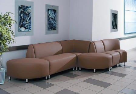 Офисный диван из кожзама: эстетичность и практичность одновременно