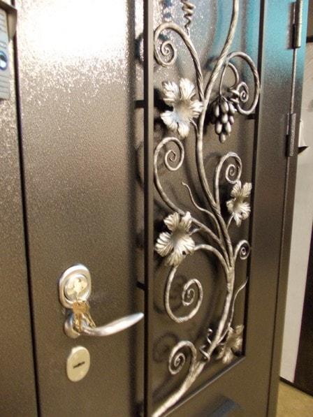 Особенности дверей с ковкой