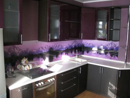 Стеклянные кухонные фартуки в интерьере кухни