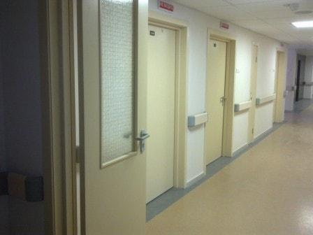 Двери для поликлиники: немаловажный атрибут в медицинском учреждении