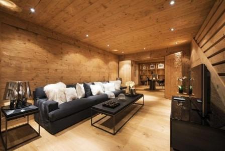 Интерьер деревянного дома в сочетании с черным цветом
