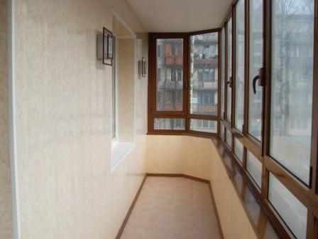 Отделка балкона ПВХ панелями и деревянной вагонкой