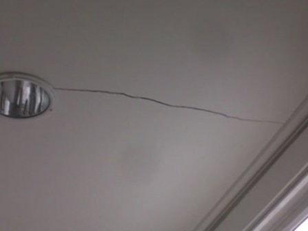Как отремонтировать трещину на потолке?