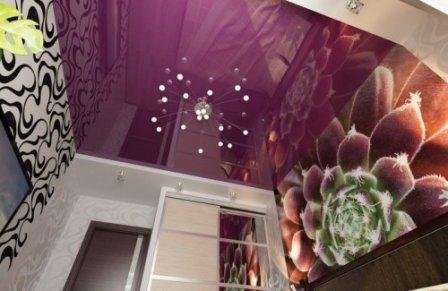 Глянцевый натяжной потолок: эффектность и практичность