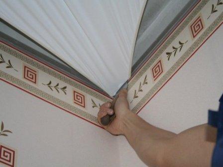 Натяжной потолок: до или после поклейки обоев?
