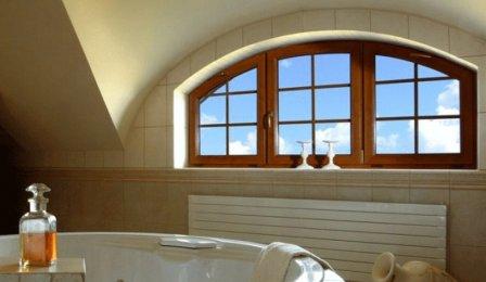 Окно в ванной комнате в частном доме