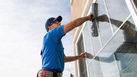Чистые окна офиса компании или фирмы как признак успеха и благополучия