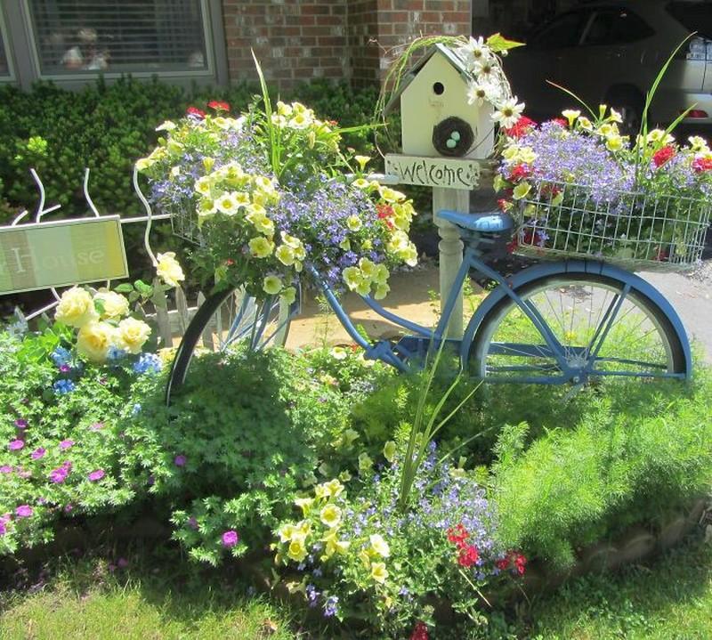 это популярное фото цветников из ненужных вещей если строители успеют
