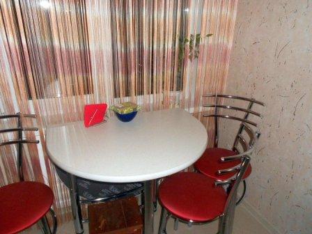 Как разместить стол на маленькой кухне?