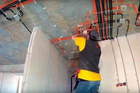 Как найти квалифицированного электрика для монтажа домашней электропроводки?