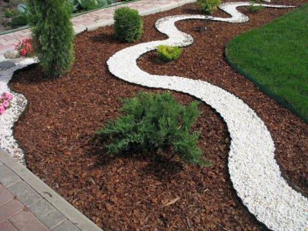 Использование коры хвойных деревьев для мульчирования в ландшафтном дизайне