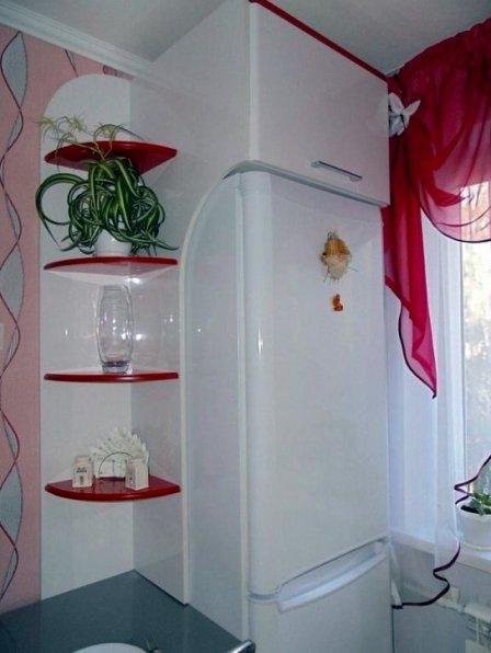 Идеи для маленькой кухни с холодильником