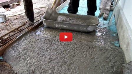 Как одному замесить много бетона в небольшой емкости - видео