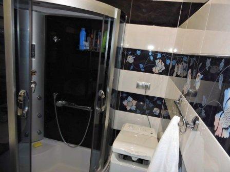 Современная душевая кабина в интерьере