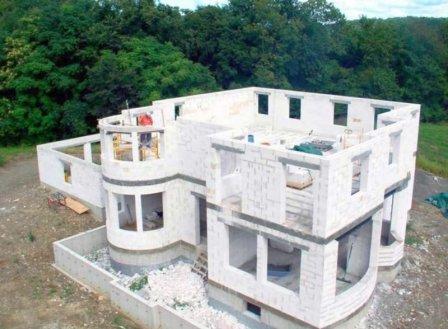 Кому доверить построить коттедж: самому себе или строительной компании?